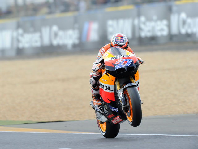 Casey Stoner gana en una carrera muy accidentada
