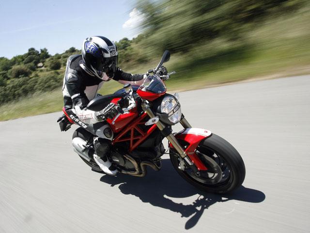 Ducati Monster 1100 EVO y comparativa de scooters
