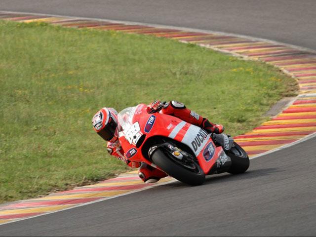 Nicky Hayden rueda en Mugello con Ducati 1000 de MotoGP