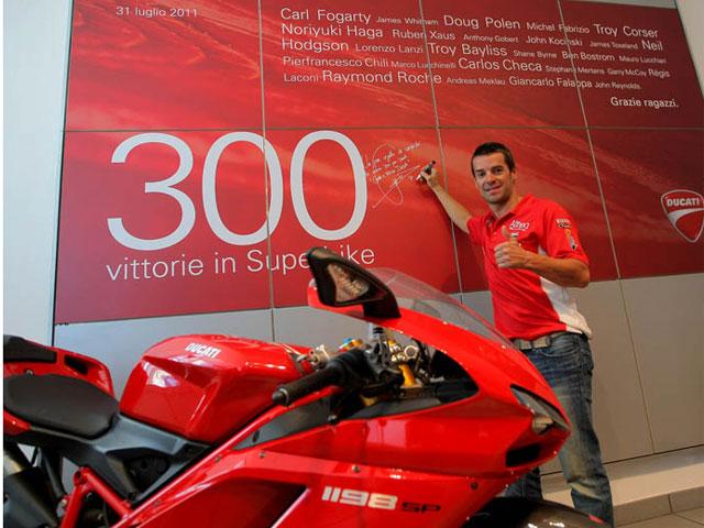 Carlos Checa festeja las 300 victorias de Ducati