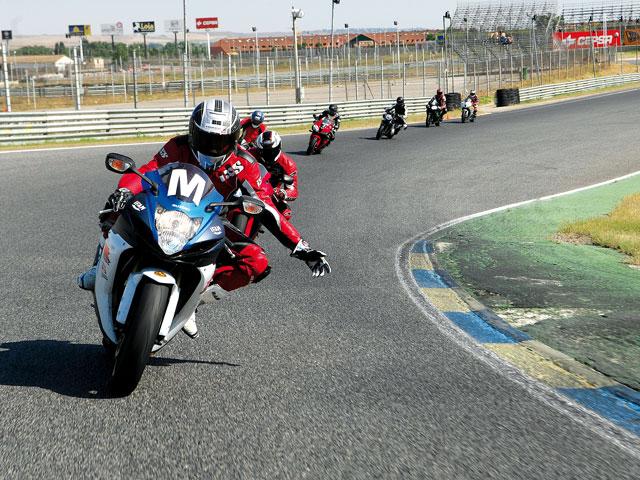 Conducción con moto en circuito