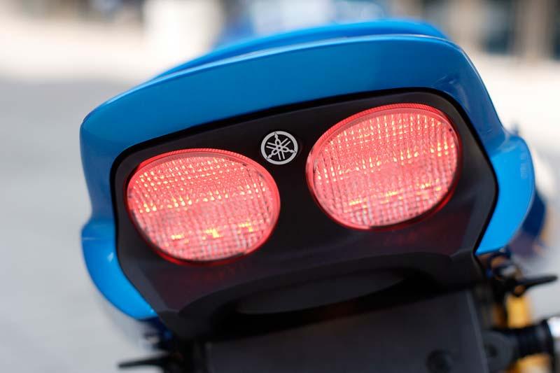 No enciende la luz trasera de mi moto solo cuando freno enciende