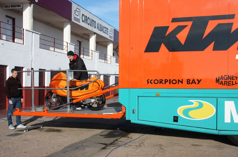 KTM prueba sus Moto3 en Albacete
