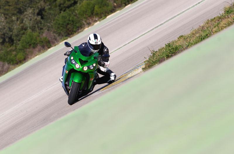 Kawasaki ZZR 1400 y las Ducati de MotoGP