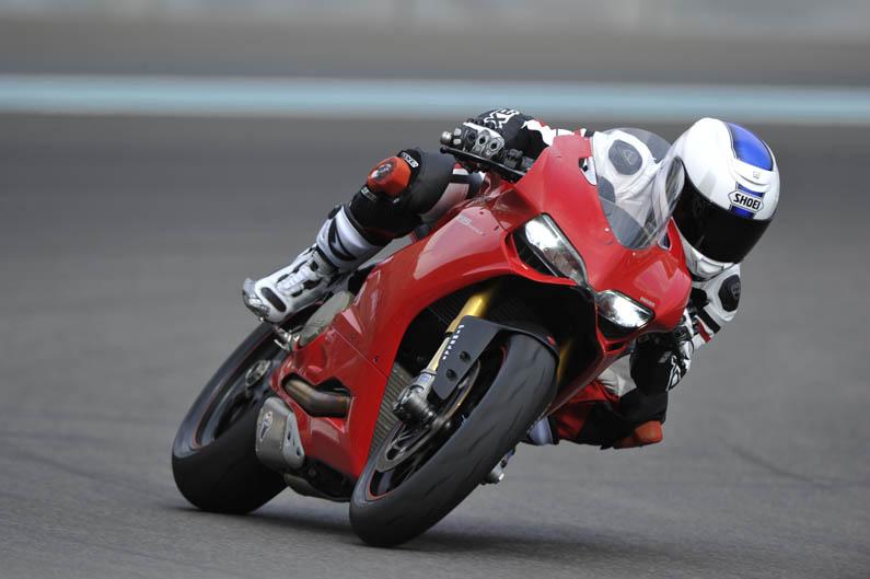 Óscar Pena y Troy Bayliss prueban la Ducati 1199 Panigale
