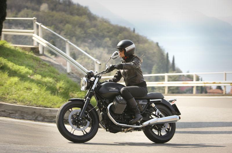 La nueva Moto Guzzi V7 Stone recupera el concepto de moto pura