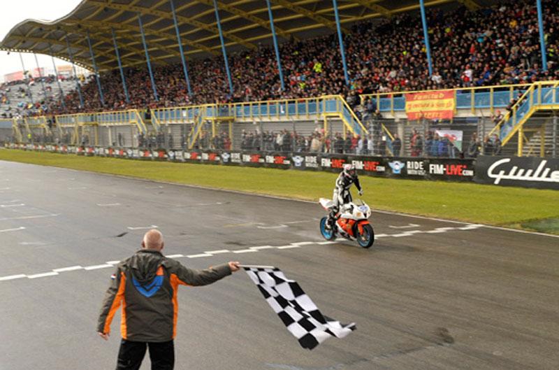 Lanzi gana a la primera en Supersport