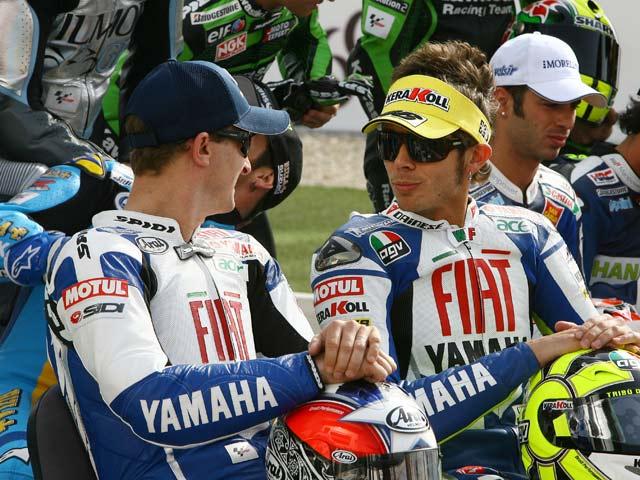 Rossi golpea primero