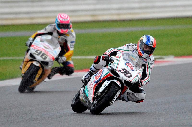 Baz y Guintoli se anotan las victorias de Superbike en Silverstone