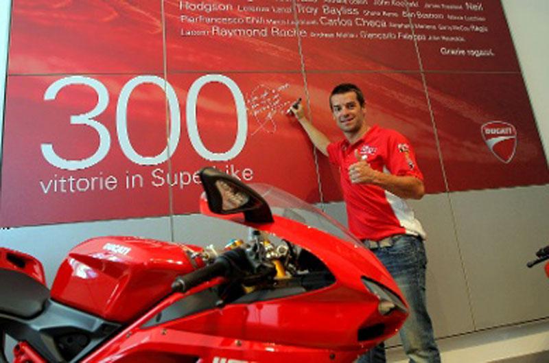 Ducati Corse renueva a Carlos Checa