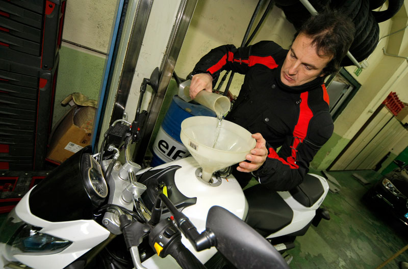 Qué afecta al consumo y trucos para hibernar la moto