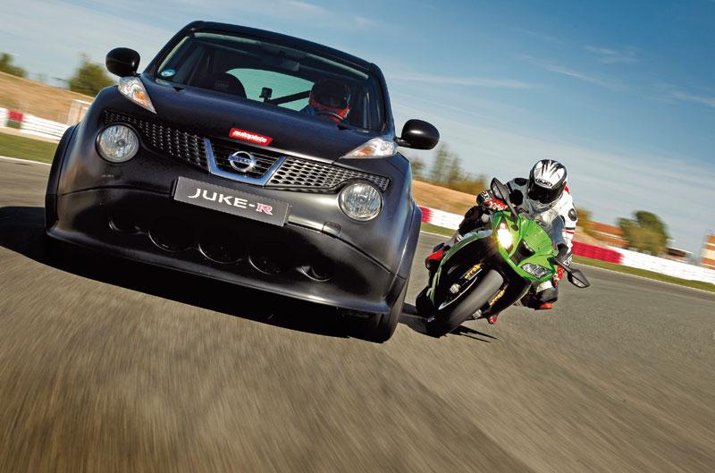 Comparativa Nissan Juke-R vs Kawasaki Ninja ZX-10R