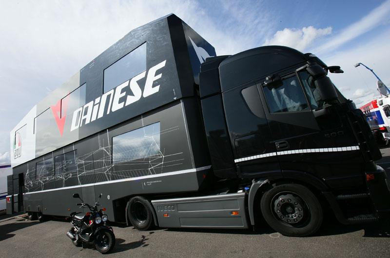 Gana una entrada y un pase de paddock para Jerez con Dainese