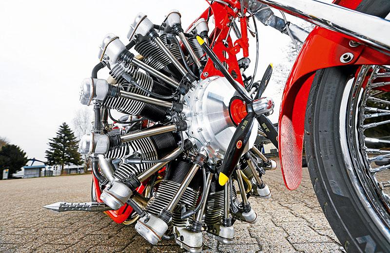El Barón Rojo, una moto propulsada por un motor de avión.