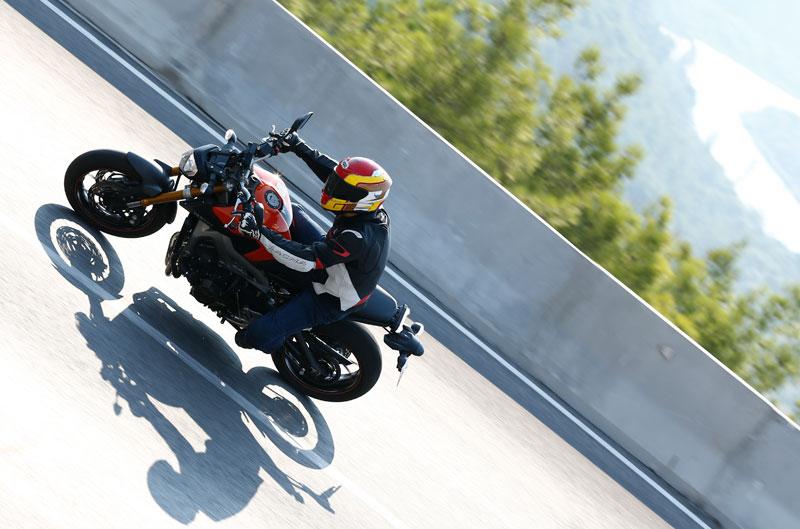 Yamaha MT-09, Kawasaki Z1000SX 2014 y CEV