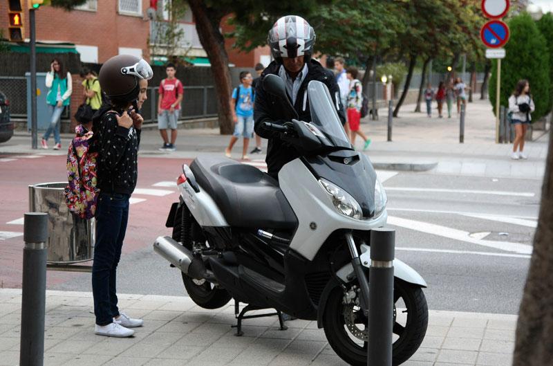 Los niños al cole, en moto