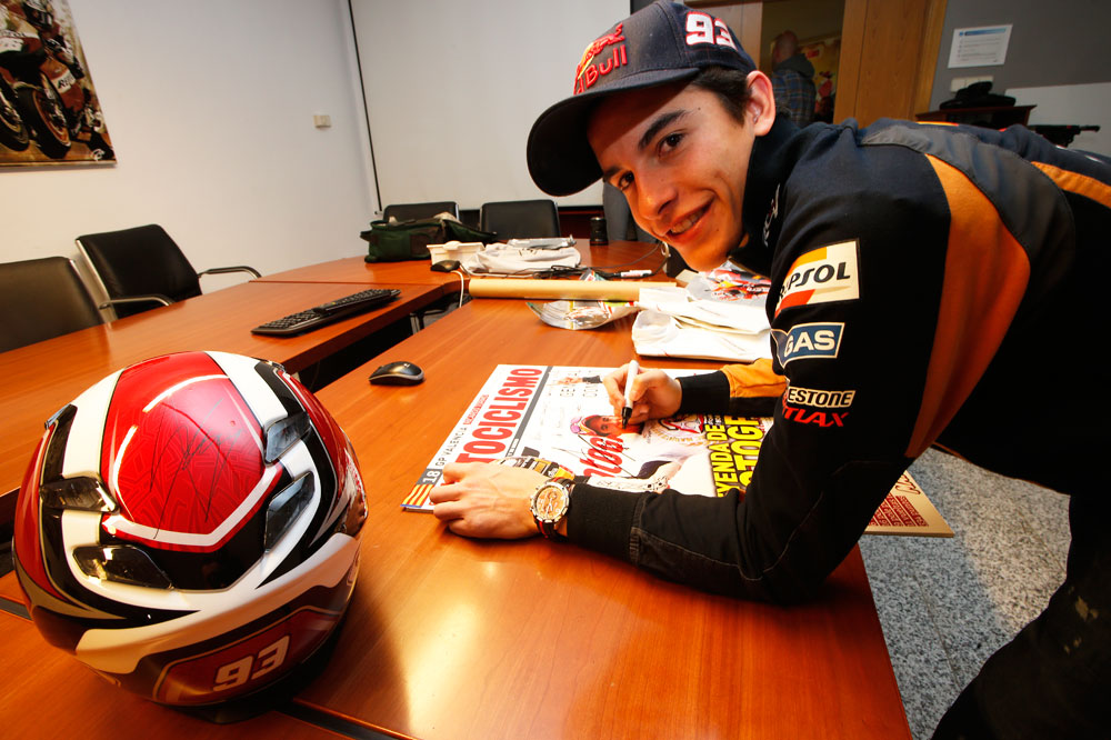 Regalamos un casco Shoei firmado por Marc Márquez