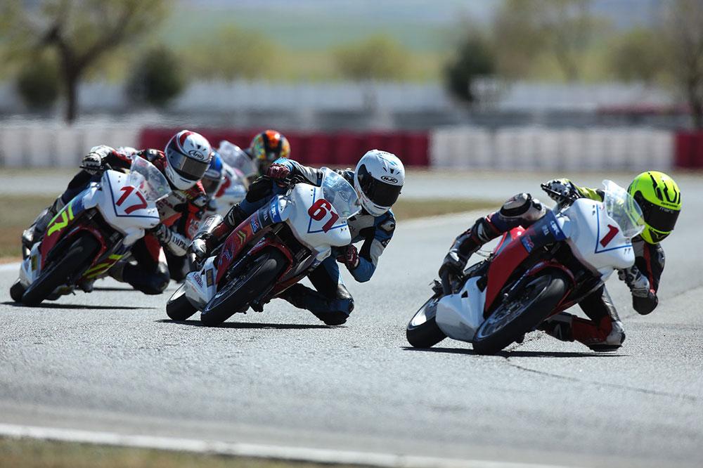 Marc Alcoba gana la primera carrera de la Copa Honda CBR250R