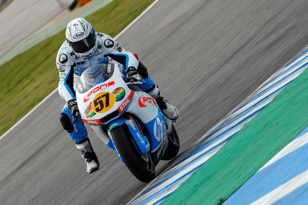 Edgar Pons gana tras un polémico final en Moto2