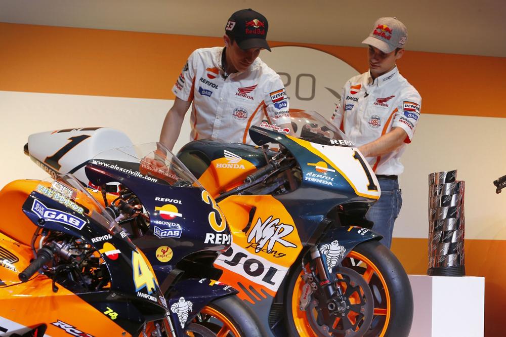 Márquez y Pedrosa se suben a las motos campeonas del Repsol Honda Team