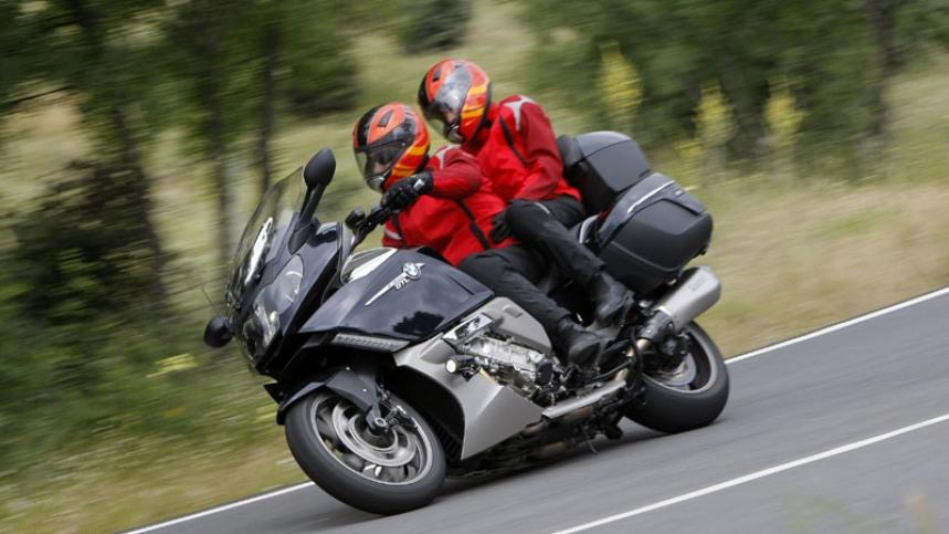 Los usuarios de motoVitae salen en moto con pasajero
