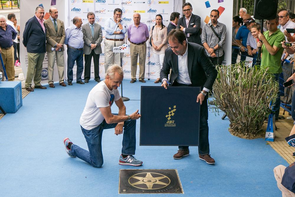 Kevin Schwantz descubre su estrella en el Paseo de la Fama de Jerez
