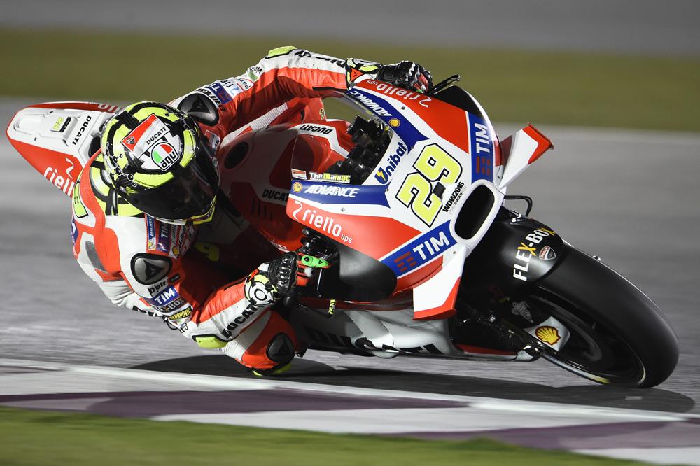Andrea Iannone lidera los segundos libres de MotoGP en Qatar
