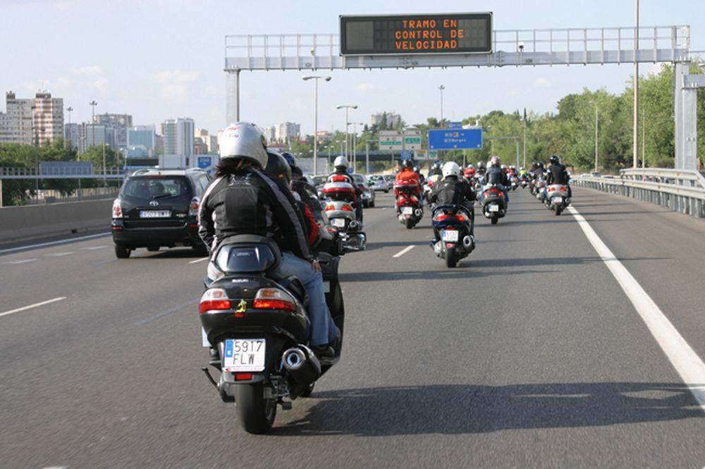¿Puede una moto adelantar por la derecha?