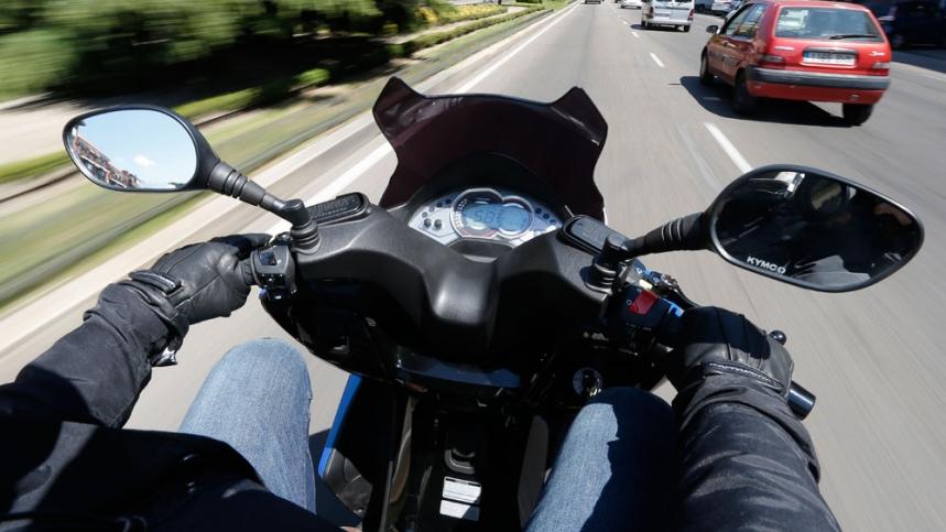 Circular en moto por la ciudad cuando hay atasco