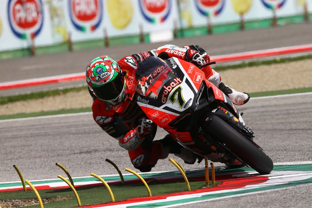 Davies domina la primera carrera de Superbike en Imola