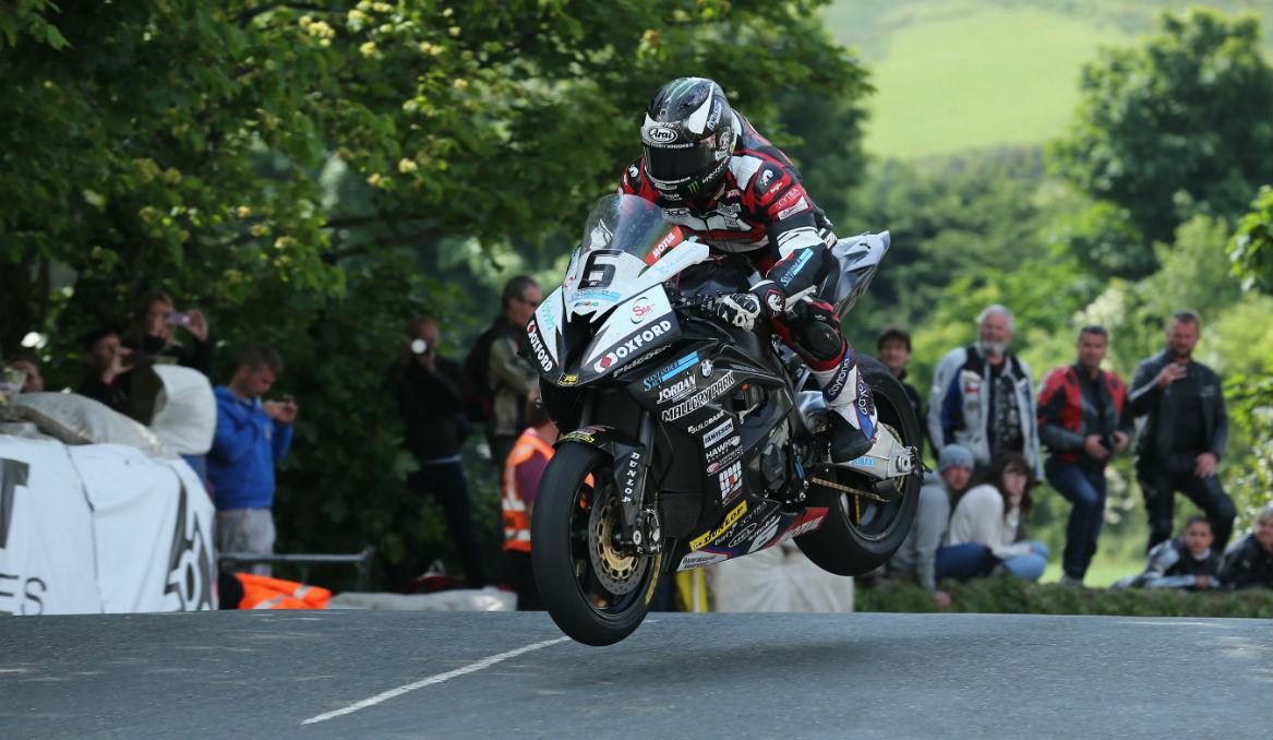 Michael Dunlop gana la primera carrera en el TT
