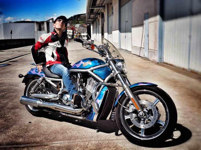Fito dona su Harley-Davidson para la investigación del cáncer infantil