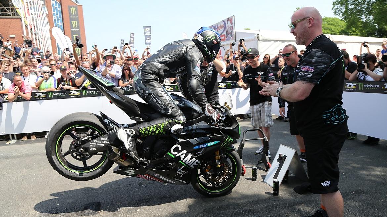 Ian Hutchinson sigue ganando en el TT