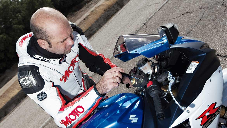 Cómo se regula la precarga de las suspensiones de una moto