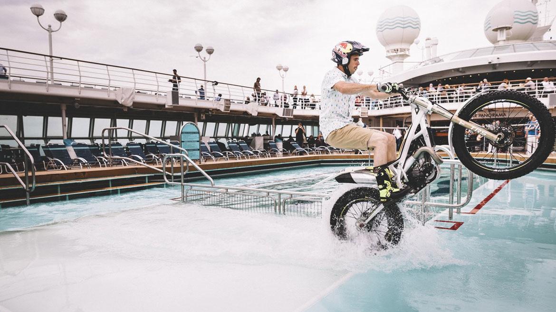 Adam Raga disfruta con su moto de trial en un crucero