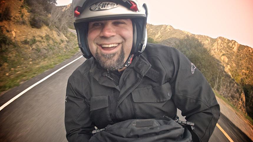 """Cómo ir de """"paquete"""" en moto"""