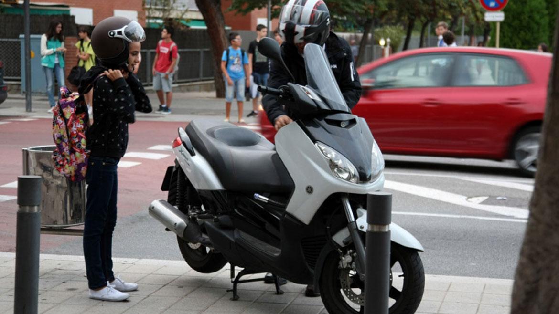 Cúando y cómo debería viajar tu hijo como pasajero de moto