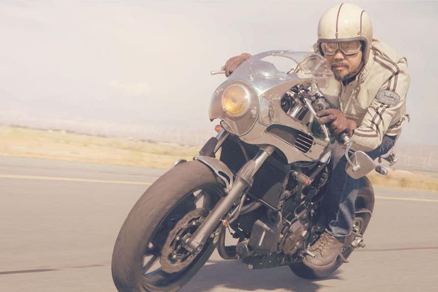 Sal en moto hecho un pincel con accesorios como estos