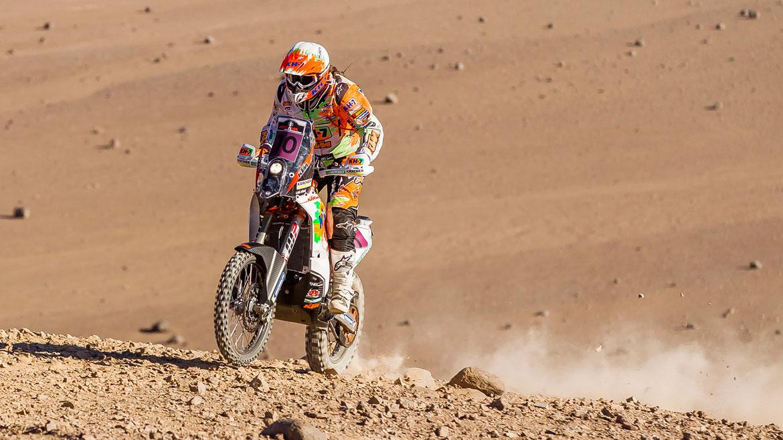 Laia Sanz acaba la etapa del Rally de Atacama arrastrando su moto