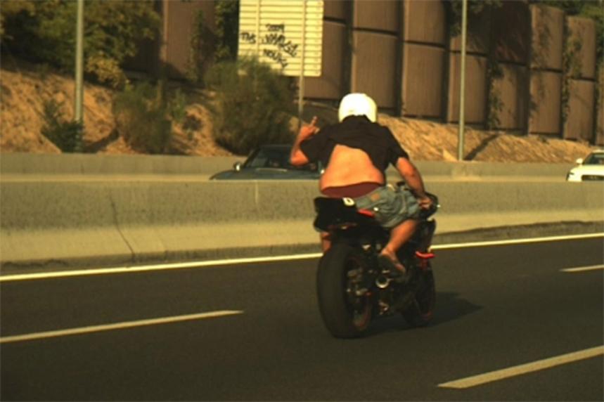 Sólo un enfermo iría así en moto