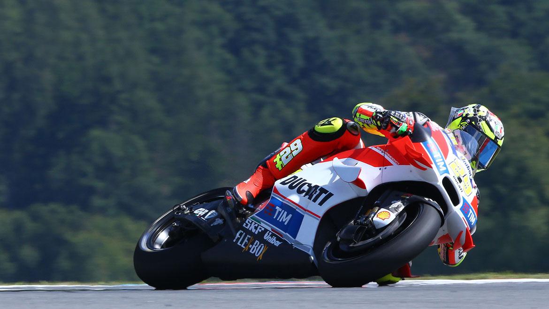 Andrea Iannone lidera la primera jornada en Gran Bretaña