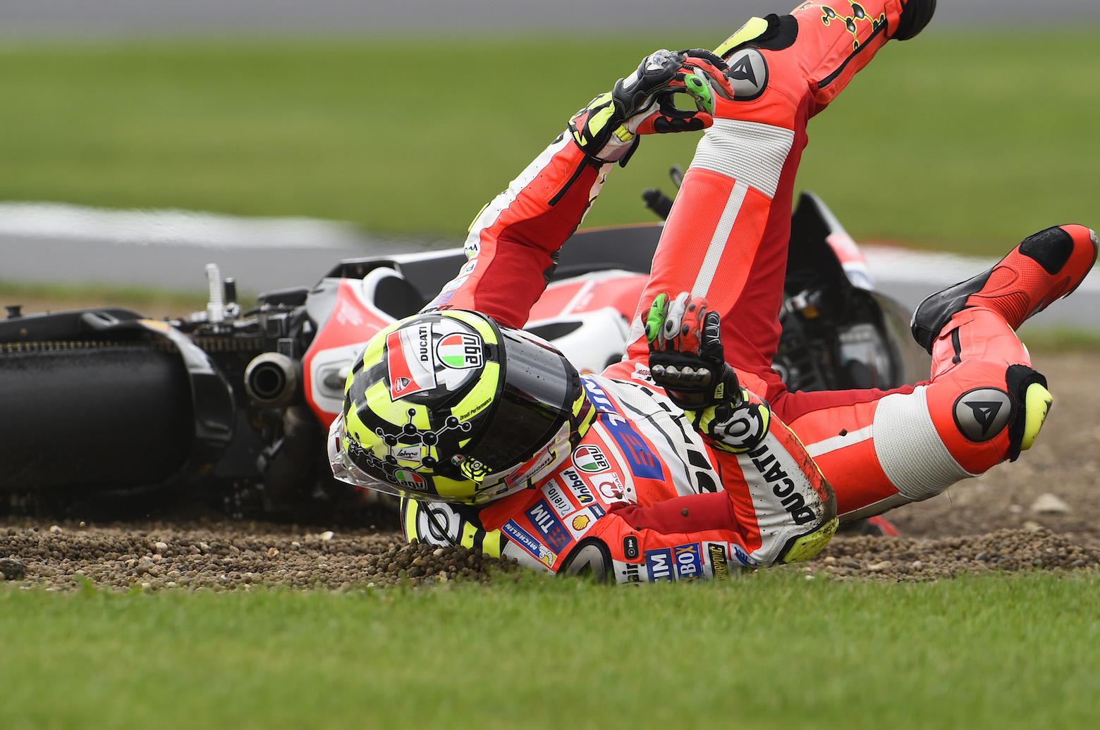 Andrea Iannone se fractura la vértebra D3 y no participará en Misano