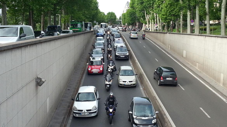 Si cambiáramos el 10% de los coches por motos, pasaríamos un 40% menos de tiempo en atascos