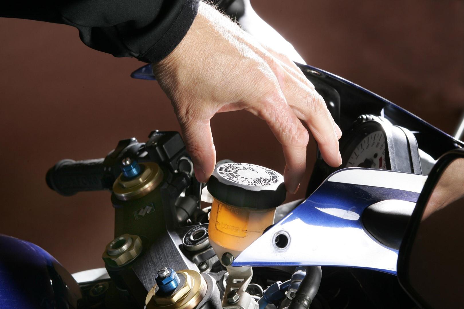 Cómo revisar el nivel del líquido de frenos de tu moto