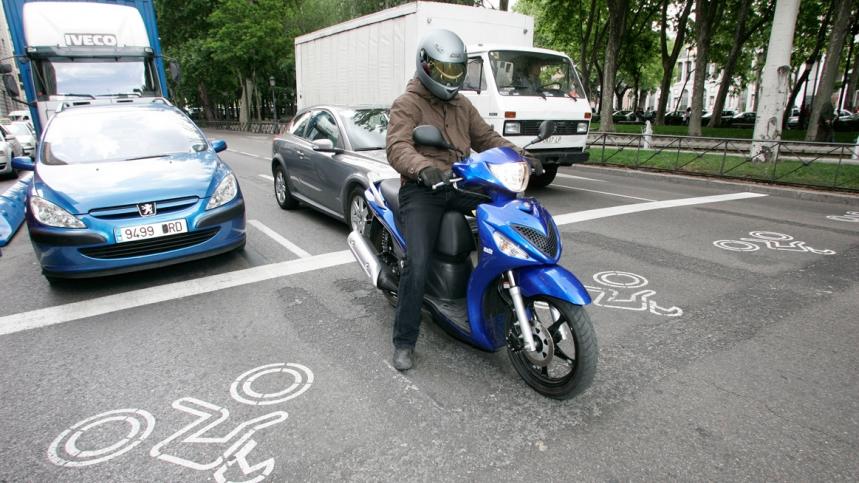 ¿Por qué prohibir las motos en el carril bus de la Castellana? Te lo contamos