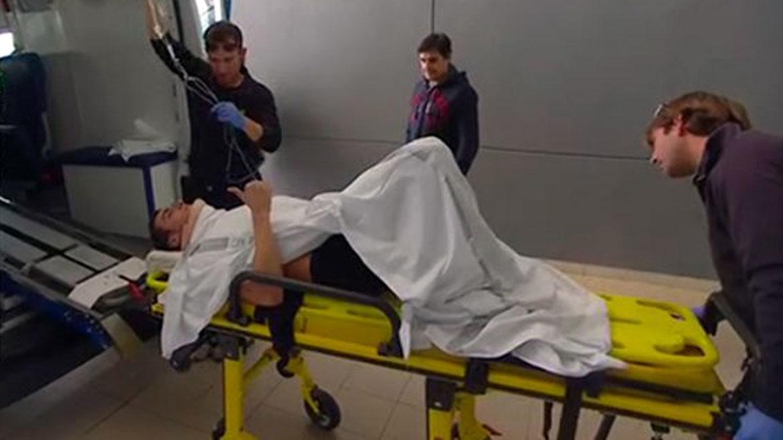 Álex Rins es trasladado al hospital en ambulancia