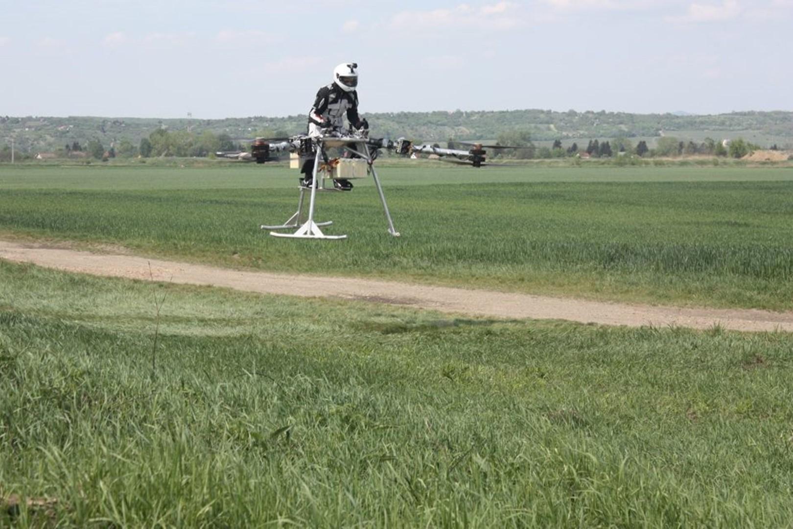 La primera moto voladora construida en Europa
