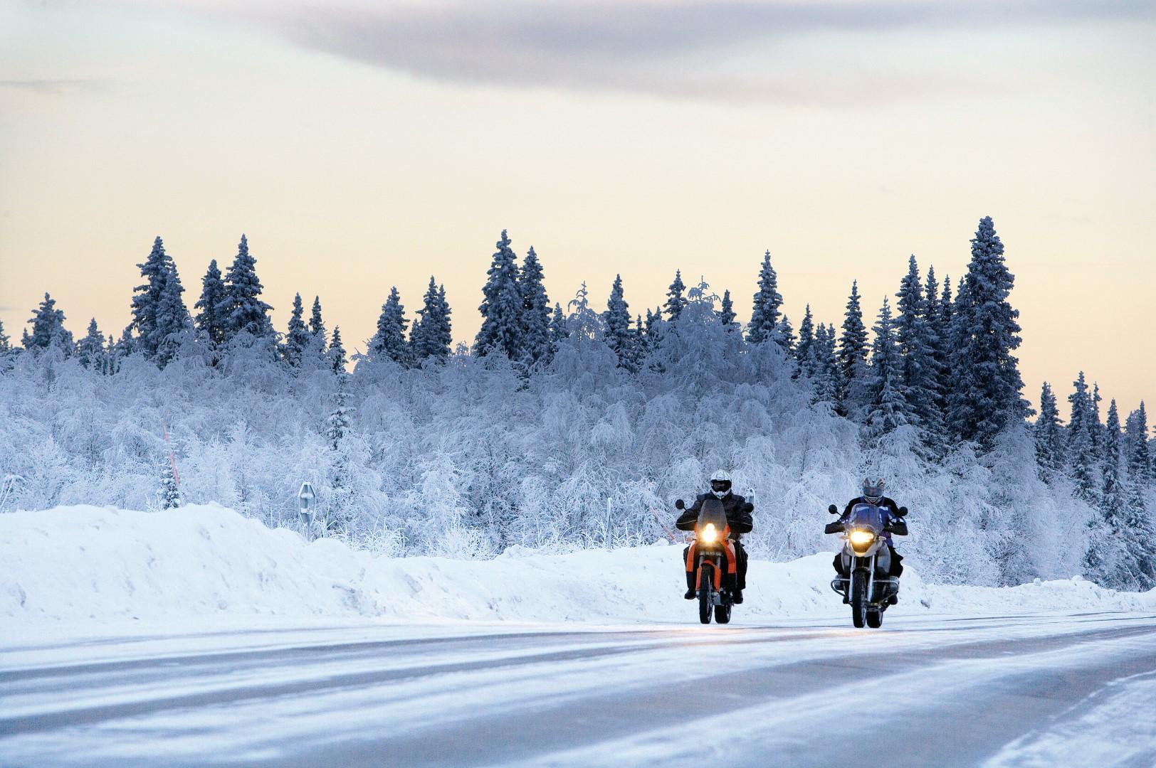 Cómo elegir el mejor equipamiento para montar en moto en invierno