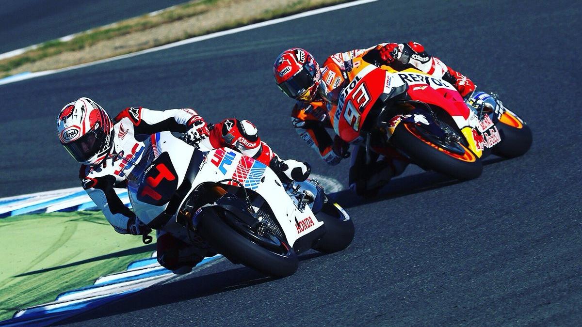 Fernando Alonso se sube a la Honda RC213V de MotoGP junto a Marc Márquez