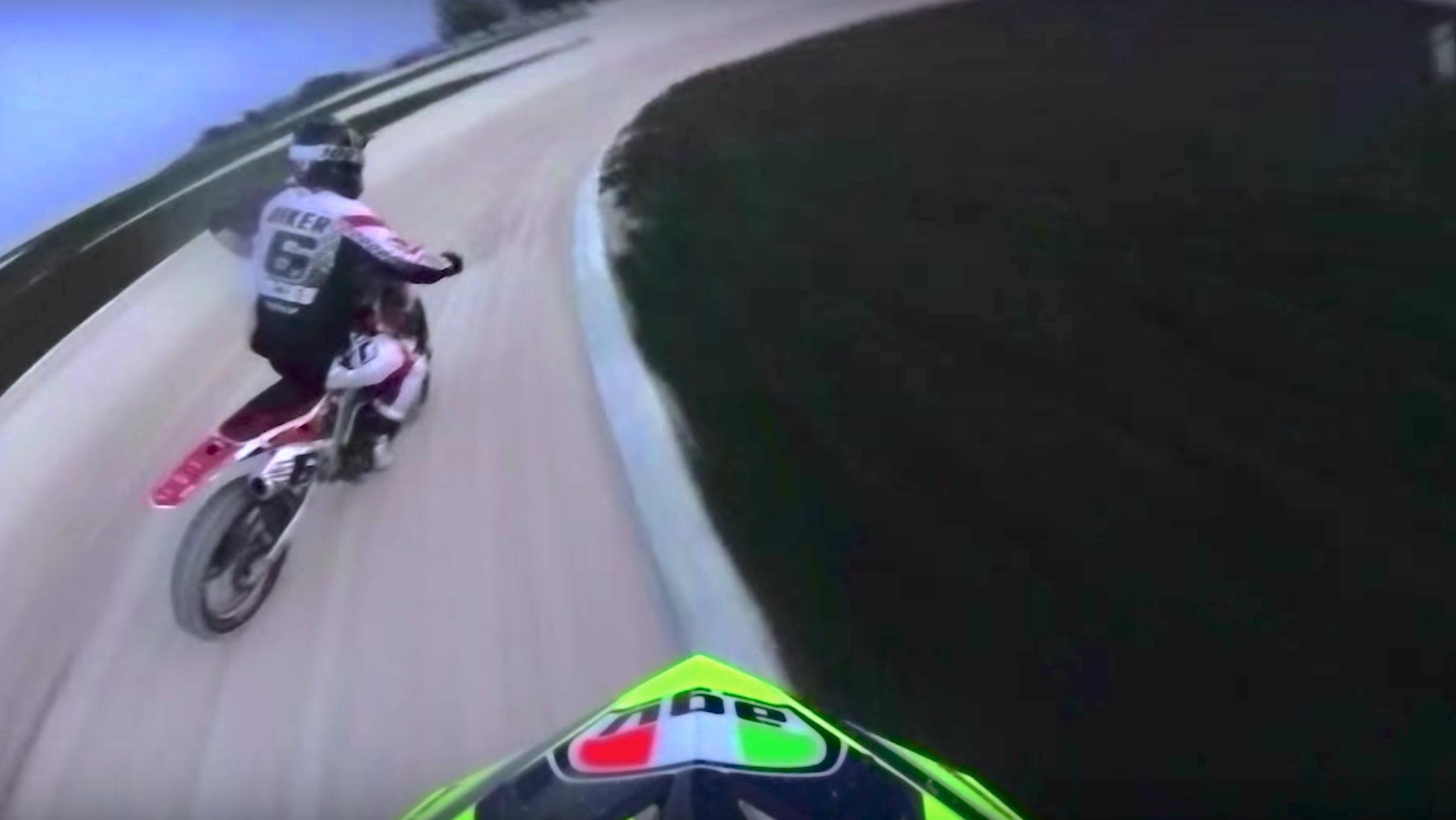Valentino Rossi vs Brad Baker, duelo en el rancho del 46